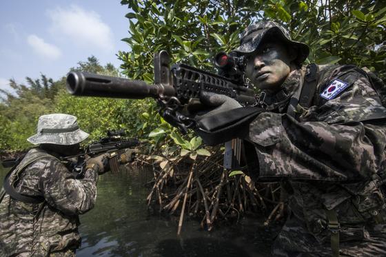태국에서 열린 코브라골드 훈련에서 해병대원이 정글 수색 훈련을 하고 있다. [사진 해병대]