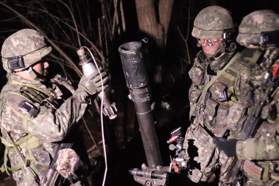31일 강원도 인제 KCTC 훈련장. 박격포 공격을 준비하는 장병 [사진 박용한]