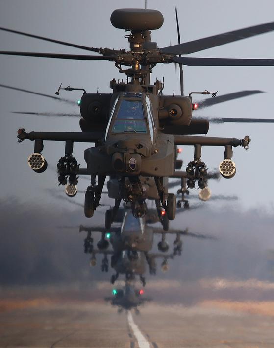 19일 아파치 편대가 활주에서 이륙하고 있다. 가장 앞에서 비행하는 아파치 롱보우는 향상된 센서와 레이더를 갖추고 있다. [박용한]