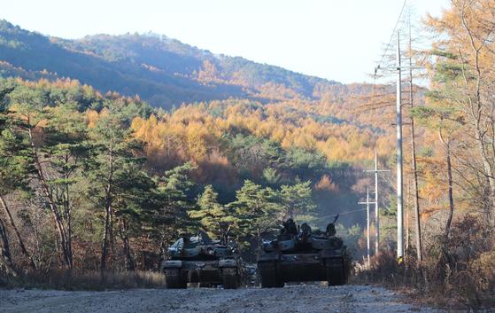 31일 강원도 인제 KCTC 훈련장. 기동로를 확보한 뒤 전차가 작전 지역으로 돌입하고 있다. [사진 박용한]