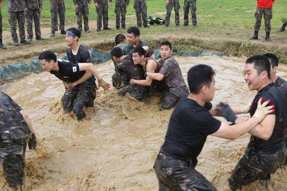 참호격투 훈련장에서 치열한 싸움을 벌이고 있다. [사진 17사단 제공]