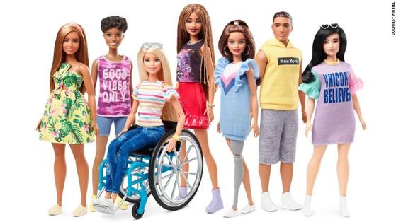 마텔사가 2019년 새롭게 선보이는 바비 패셔니스타 라인. 휠체어에 탄 바비와 의족을 한 바비가 포함됐다. [사진 마텔사]