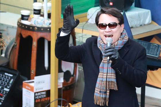 자유한국당 2.27전당대회 당 대표에 출마한 김진태 의원이 16일 오후 대구 중구 방천시장 김광석길에서 열린 '김진태와 함께하는 작은음악회'에서 노래를 부르고 있다. [뉴스1]