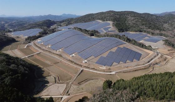 2011년 후쿠시마 원전 사고 이후 일본 정부는 태양광 발전을 적극 지원했다. 사진은 2014년 한화큐셀이 일본에 건설한 태양광 발전소.