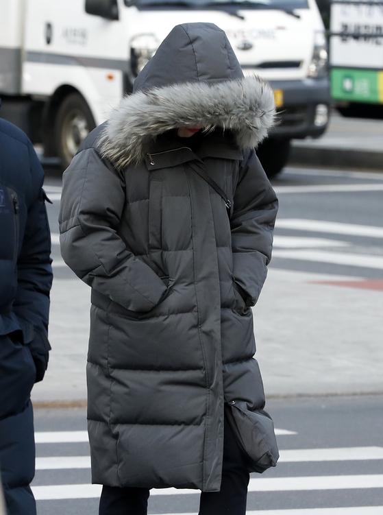 전국 대부분 지역의 최저기온이 영하권을 보인 13일 오전 서울 세종대로 광화문광장 인근에서 시민들이 발걸음을 재촉하고 있다. [뉴스1]