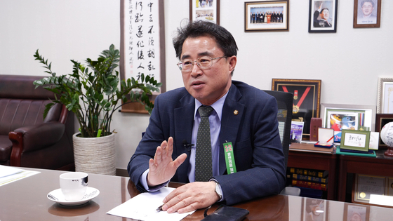 최경환 의원이 국회 의원회관에서 중앙일보와 인터뷰하고 있다. 정수경 기자