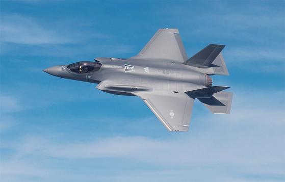 한국 공군이 올해 들여오는 스텔스 전투기인 F-35A 1호기의 시험비행 장면. / 사진:연합뉴스