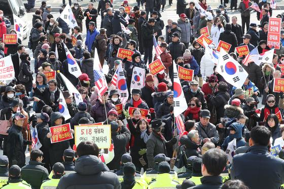 김진태 자유한국당 의원 지지자들이 13일 서울 여의도 국회 본청 앞에서 태극기와 피켓을 들고 '김진태 의원에 대한 윤리위 제소 취소'를 요구하고 있다. [뉴스1]