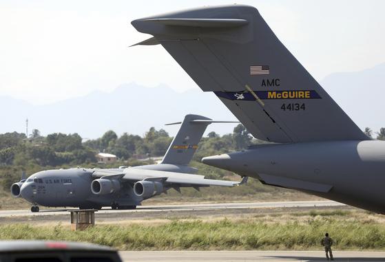16일(현지시간) 베네수엘라 국경 도시 콜롬비아 쿠쿠타 카밀로 다자 국제공항에 미 C-17수송기가 착륙해 있다. [AFP=연합뉴스]