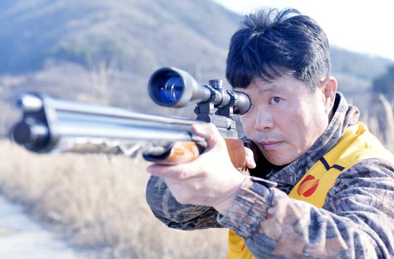 김진화씨가 까치를 향해 공기총을 겨누고 있다. 프리랜서 김성태