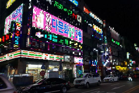 경기도 시흥시의 한 유흥가에 있는 다문화 노래방. 이 노래방에선 베트남과 몽골 등 다양한 나라에서 온 외국인 노래방 도우미를 부를 수 있다고 한다. 박진호 기자