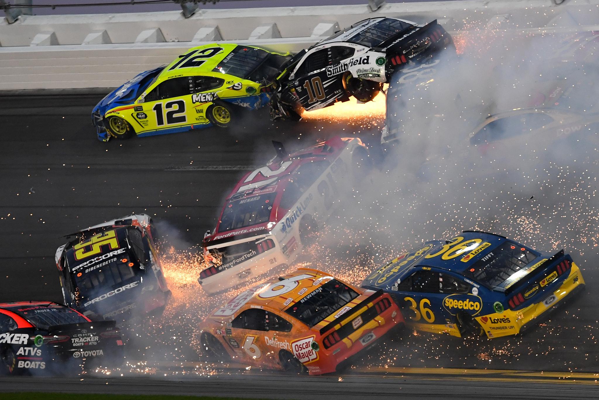 17일 미국 플로리다 데이토나 인터내셔널 스피드웨이에서 열린 '데이토나 500' 레이스 도중 출전 차량들이 서로 엉기며 충돌하고 있다.[USA TODAY Sports=연합뉴스]