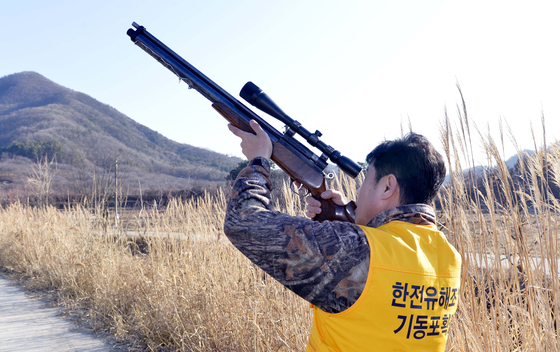 충남 공주시 의당면 일대에서 김진화씨가 까치 사냥을 하고 있다. 프리랜서 김성태