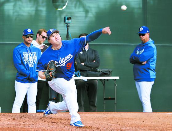 데이브 로버츠 LA 다저스 감독(왼쪽)이 불펜 피칭을 하는 류현진을 유심히 바라보고 있다. [연합뉴스]