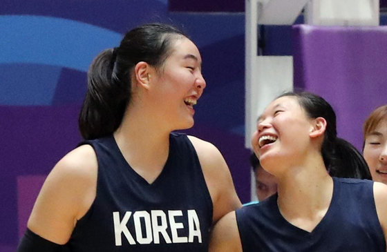 지난해 8월 자카르타 팔렘방 아시안게임에서 여자 농구 단일팀의 결승 진출을 이끌었던 박지수(왼쪽)와 노숙영이 환하게 웃고 있다. 자카르타=김성룡 기자
