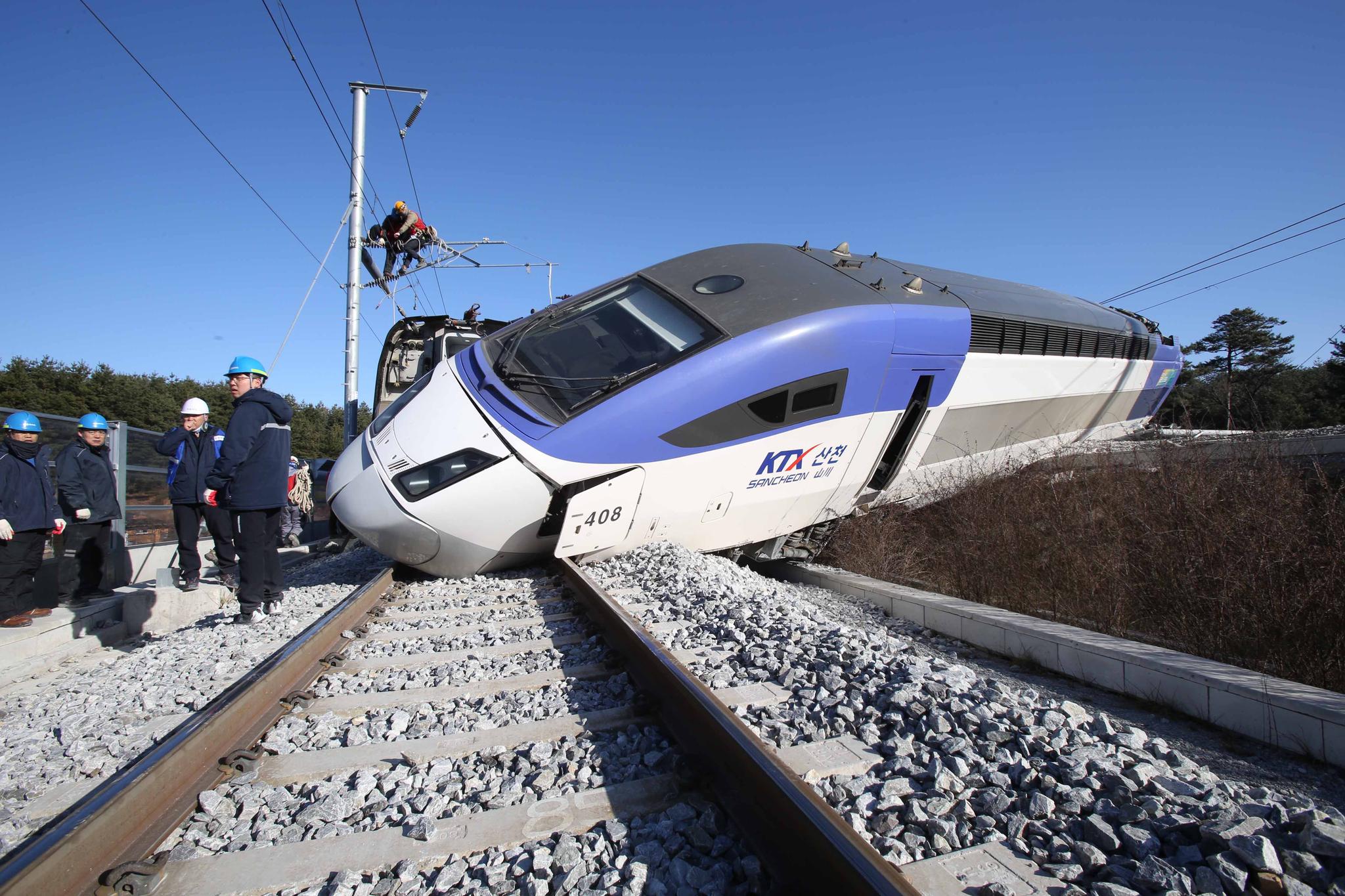 지난해 12월 8일 발생한 서울행 KTX 산천의 탈선사고 현장. [사진 뉴시스]
