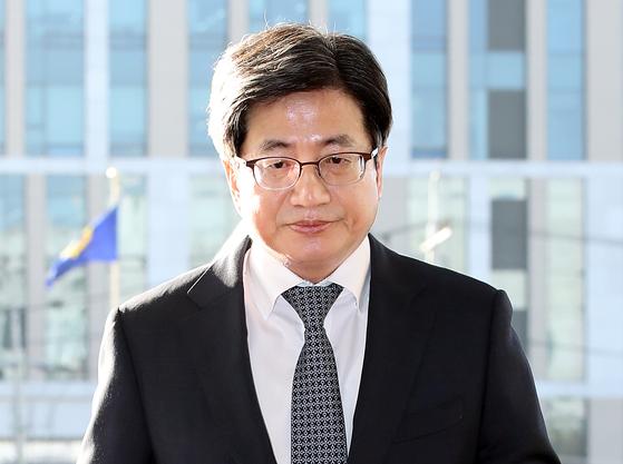 출근하는 김명수 대법원장 출근하는 김명수 대법원장[연합뉴스]