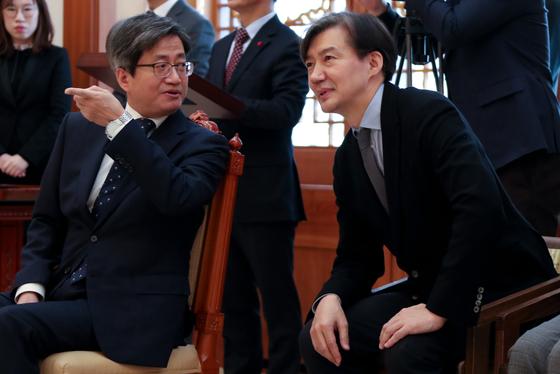 조국 대통령비서실 민정수석비서관(오른쪽)과 김명수 대법원장과 이야기를 나누고 있다. [청와대사진기자단]