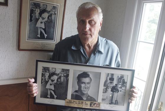 조지 멘도사가 지난 2009년 64년 전 촬영된 사진을 들어보이고 있다.[AP=연합뉴스]
