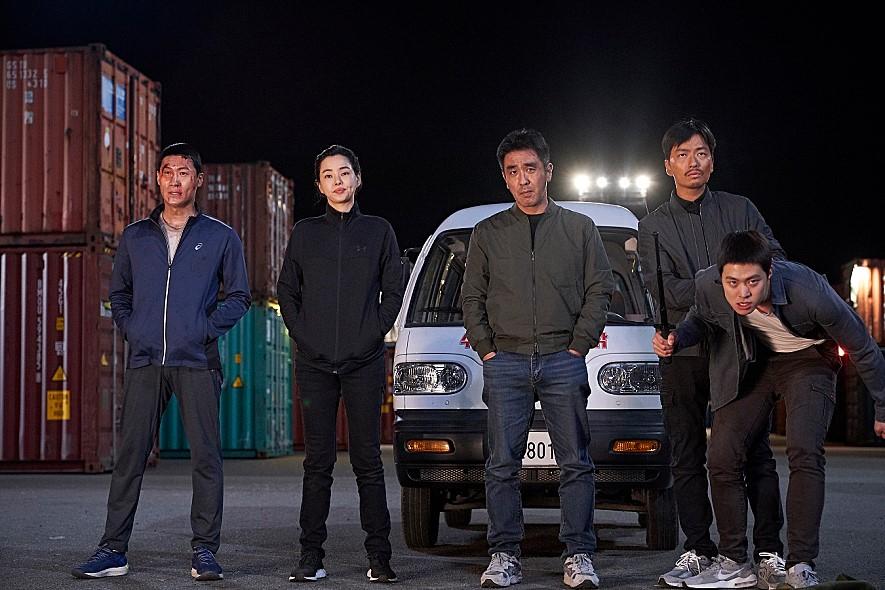 영화 '극한직업' 속 경찰들은 뭔가 어설프지만 결정적인 순간엔 '일당백'으로 변신한다. [사진 '극한직업' 스틸컷]