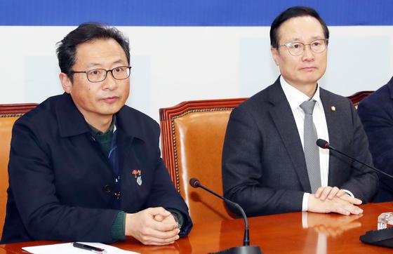 홍영표 더불어민주당 원내대표(오른쪽)가 19일 오후 국회를 찾은 김명환 민주노총 위원장을 만나고 있다. 면담은 비공개로 진행됐다. 변선구 기자
