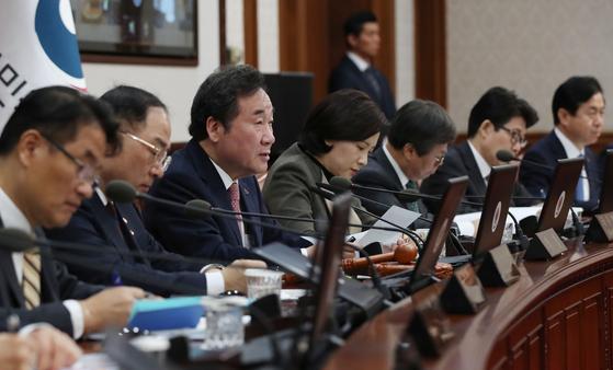 이낙연 국무총리가 19일 서울 종로구 정부서울청사에서 열린 국무회의에서 모두발언을 하고 있다. [뉴시스]