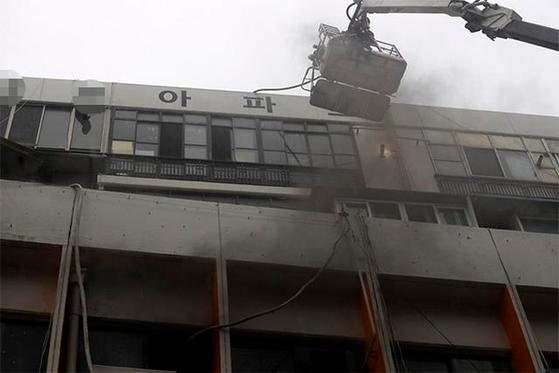 19일 오전 화재가 발생한 대구 중구 포정동 한 사우나 건물. [연합뉴스]