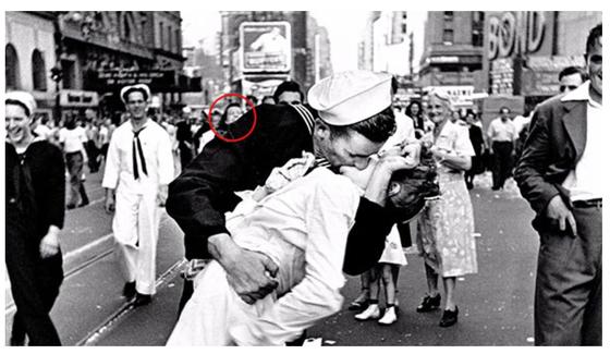 미국 시사잡지 '라이프'지에 실렸던 엘프리드 에이전스타트의 '수병과 간호사' 사진.붉은 새 원 안은 실제 조지 멘돈사의 연인으로 알려졌다. [AFP=연합뉴스]