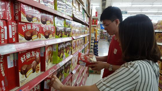 중국의 한 식품 매장에서 소비자들이 오리온 제품을 고르고 있다. [사진 오리온]