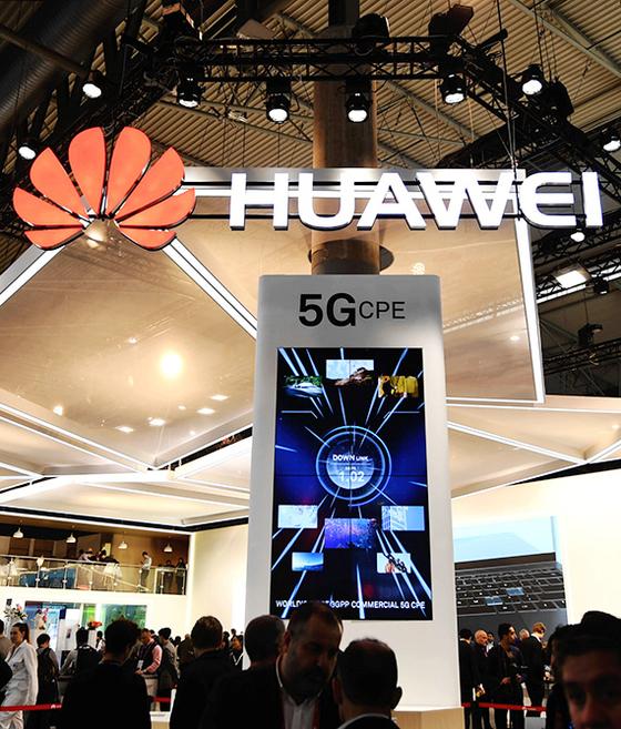 지난해 2월 세계 최대 통신전시회 '모바일 월드 콩그레스(MWC)'에서 화웨이가 5G(5세대) 기술을 선보이는 디스플레이를 전시했다. 5G는 미국과 중국이 패권 경쟁을 벌이는 핵심 분야다. [신화=연합뉴스]
