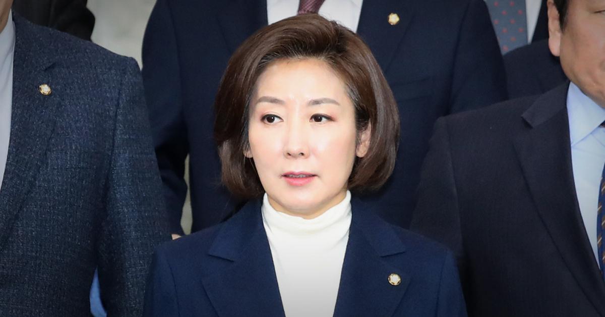 나경원 자유한국당 원내대표가 19일 국회에서 열린 원내대책회의 회의장으로 들어서고 있다. [연합뉴스]