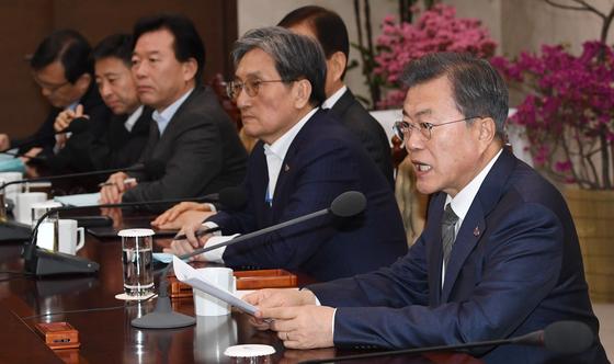 문재인 대통령이 18일 오후 청와대 여민관에서 열린 수석·보좌관 회의에서 발언하고 있다.[이제원 기자]