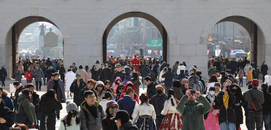 설 연휴 기간이었던 지난 4일 서울 경복궁이 휴식을 즐기는 시민들과 관광객들로 붐비고 있다. [연합뉴스]