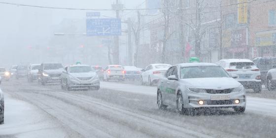 지난달 31일 오후 대설주의보가 발효된 강원도 강릉시 포남동 일원에 올겨울 좀처럼 내리지 않던 눈이 쏟아지고 있다. [뉴스1]