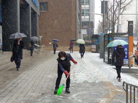 서울 시청역 인근에서 쉴새없이 내리고 있는 눈을 치우는 건물관리인. 이병준 기자