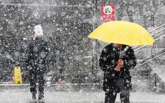 기상청은 19일 오후까지 서울 등 중부 지방에 많게는 10cm가 넘는 눈이 내릴 것으로 예보하면서 대설주의보를 발령했다. [뉴스1]