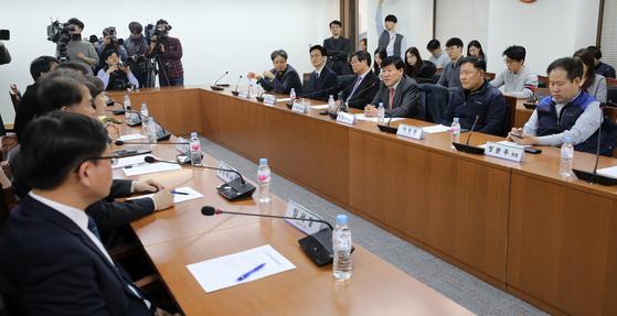 19일 오후 서울 종로구 경제사회노동위원회 대회의실에서 제9차 노동시간제도개선위원회 전체회의가 열렸다. 탄력근로제 확대에 극적으로 합의했다. [뉴스1]