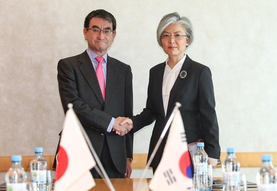 강경화 외교부 장관과 고노 다로 일본 외무상이 15일(현지시간) 독일에서 한일 외교장관 회담을 하기 전 악수하고 있다. [외교부 제공]
