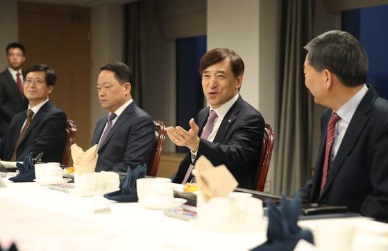 이주열 한국은행 총재가 19일 한국은행 본점에서 열린 경제동향간담회에서 참석자들과 이야기를 나누고 있다.