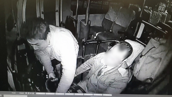 전 프로야구 선수 박정태 씨가 시비를 벌이다 버스에 올라 운전을 방해하는 모습이 담긴 버스 블랙박스 영상. [사진 부산경찰청 제공]
