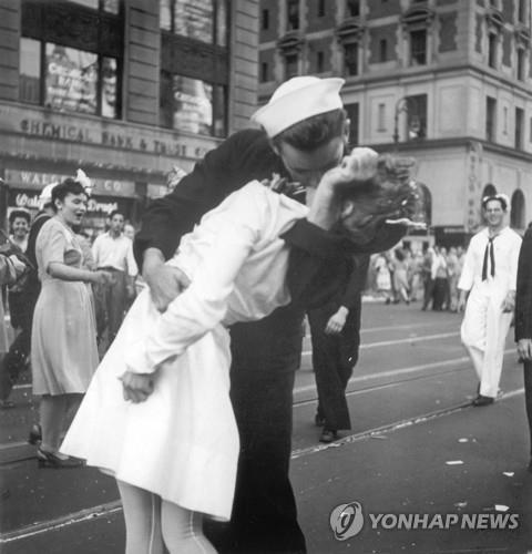 2차 대전 종전 상징 '수병과 간호사 키스' 사진. [AP=연합뉴스]