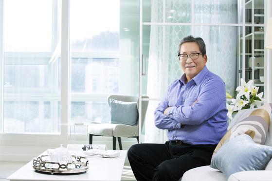 최양하 한샘 회장이 서울 상암동 한샘 사옥에 마련된 '라하우스 패키지'로 바뀐 모델하우스에서 환하게 웃고 있다. [한샘]