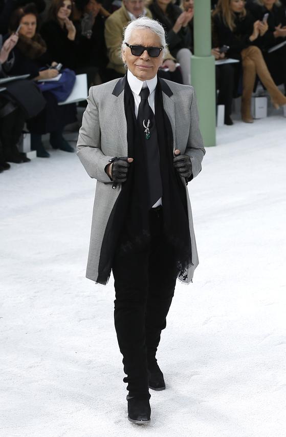 2015년 파리패션위크에 나타난 칼 라거펠트의 모습. [연합뉴스]
