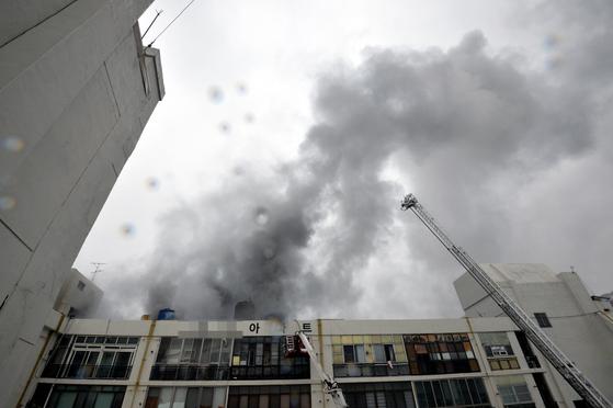 19일 오전 7시11분쯤 대구 중구 포정동 경상감영공원 인근 한 사우나에서 화재가 발생, 소방당국이 진화·구조작업을 하고 있다. [뉴시스]
