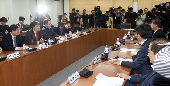18일 오후 경제사회노동위원회에서 노동시간제도개선위원가 열렸다. 이날 8시간 동안 마라톤협상을 벌였지만 합의에는 이르지 못했다.[연합뉴스]