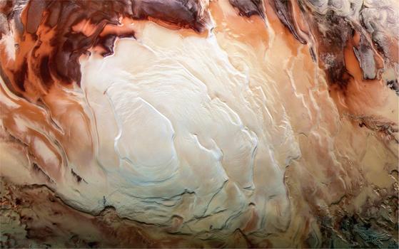 미국 애리조나대 달ㆍ행성 연구소(Lunar and Planetary Laboratory) 연구진이 화성 남극의 지하에 호수가 있다면 이는 화성이 여전히 활성화상태이기 때문이라는 연구결과를 발표했다. 사진은 유럽우주국(ESA)의 '마스 익스프레스' 탐사위성이 찍은 화성 남의 극관(Ice Cap). [사진 ESA]