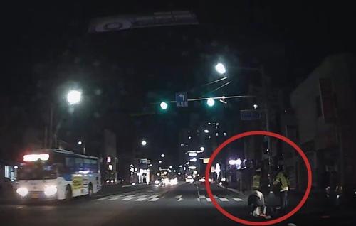 18일 오후 음주단속을 하다 전과 10범 A씨의 차량에 치여 쓰러진 경찰. [충주경찰서 제공]