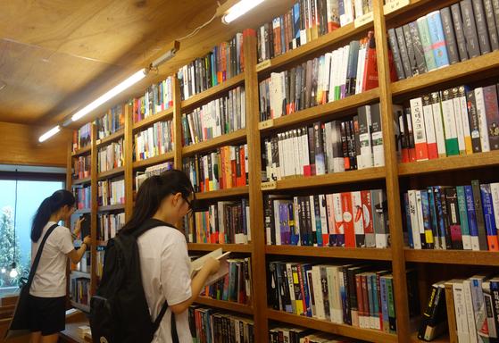 '망외'란, '바라던 이상의 것'이라는 의미로 좋은 일에 쓰는 말이다. 책을 만나는데서 '망외의 기쁨'을 얻는 경우가 많고, 서점에서 우연히 괜찮은 책을 집으면 '망외의 소득'을 얻게 된다. [중앙포토]