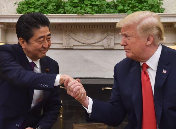 지난해 6월 7일(현지시간) 미국 워싱턴 백악관 집무실에서 도널드 트럼프 미국 대통령과 아베 신조(安倍晋三) 일본 총리가 악수를 나누고 있다.[AFP=연합뉴스]