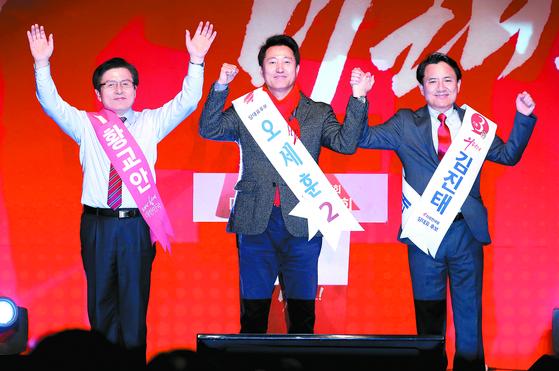 자유한국당 황교안·오세훈·김진태 당 대표 후보(왼쪽부터)가 18일 오후 대구·경북 합동연설회에서 인사하고 있다. [연합뉴스]